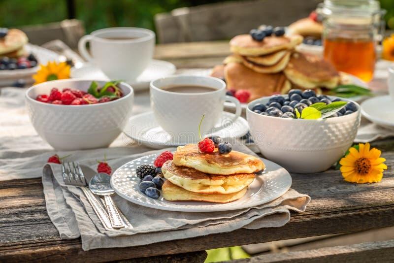 Close-up van pannekoeken in de zomertuin voor ontbijt stock foto's