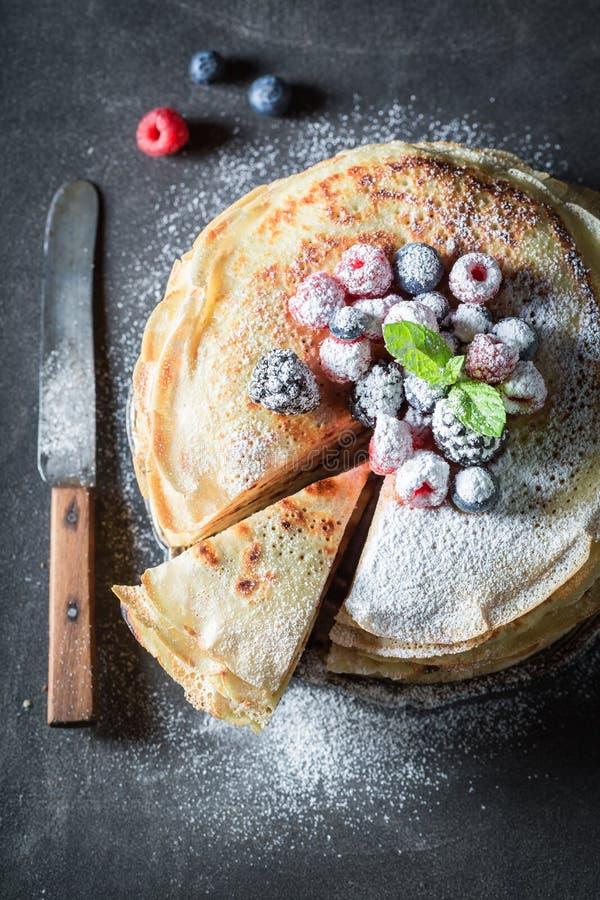 Close-up van pannekoekencake met frambozen en bosbessen royalty-vrije stock foto's