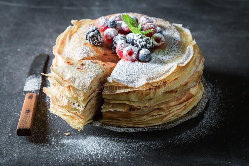 Close-up van pannekoekencake met poedersuiker en bessen royalty-vrije stock afbeelding