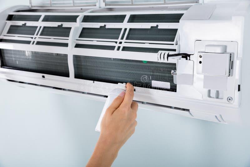 Close-up van Person Cleaning Air Conditioner stock afbeeldingen