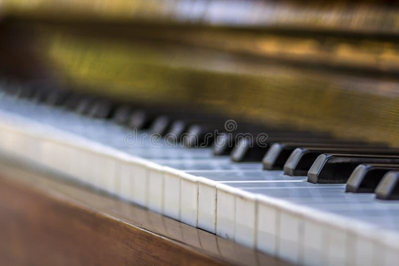 Close-up van pianosleutels dichte frontale mening stock foto