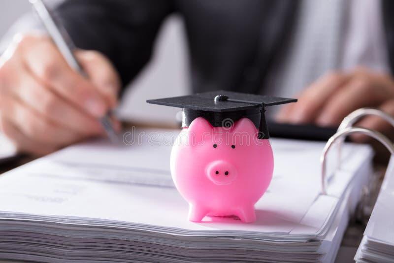 Close-up van Piggybank met Graduatie GLB royalty-vrije stock afbeeldingen
