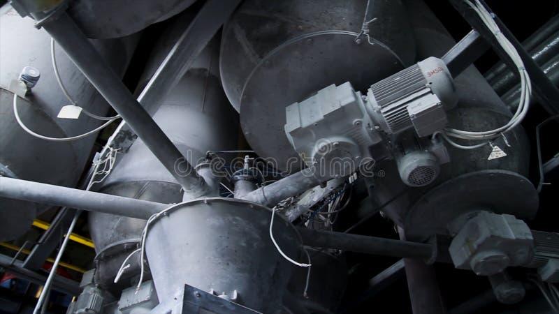 Close-up van pijpleidingen en destillationtanks van een olie-raffinaderij installatie Sluit omhoog van staalpijpen bij moderne bi stock afbeelding