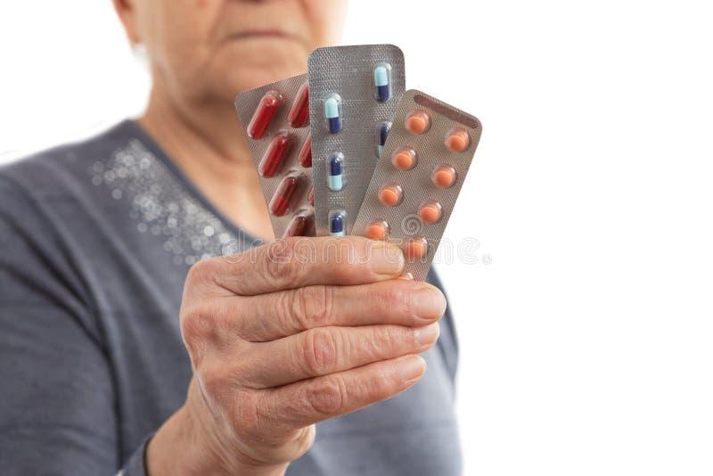 Close-up van pillen door patiënt worden gehouden die stock afbeeldingen