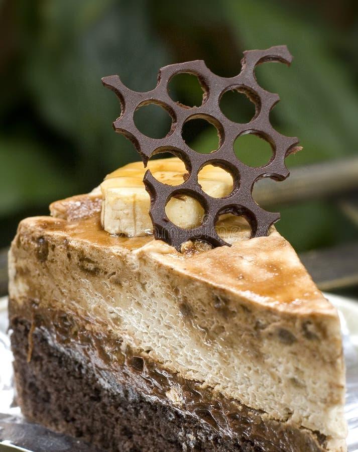 Close-up van Plak van koffiecake met karamel en room wordt gevuld die royalty-vrije stock foto