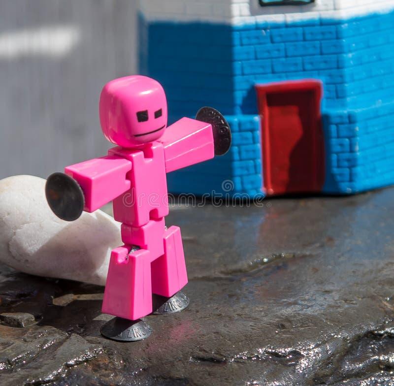 Close-up van Plastic die stokcijfer op natte rots door vuurtoren wordt gesteld royalty-vrije stock foto's