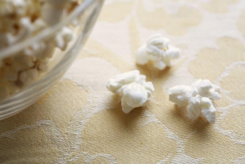 Close-up van popcorn dichtbij kom royalty-vrije stock afbeelding
