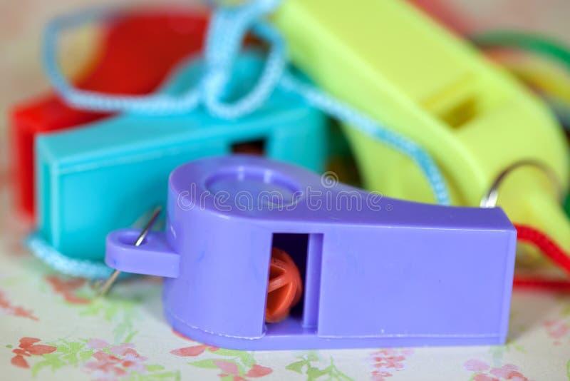 Close-up van Pret Kleurrijke Plastic Fluitjes stock afbeeldingen