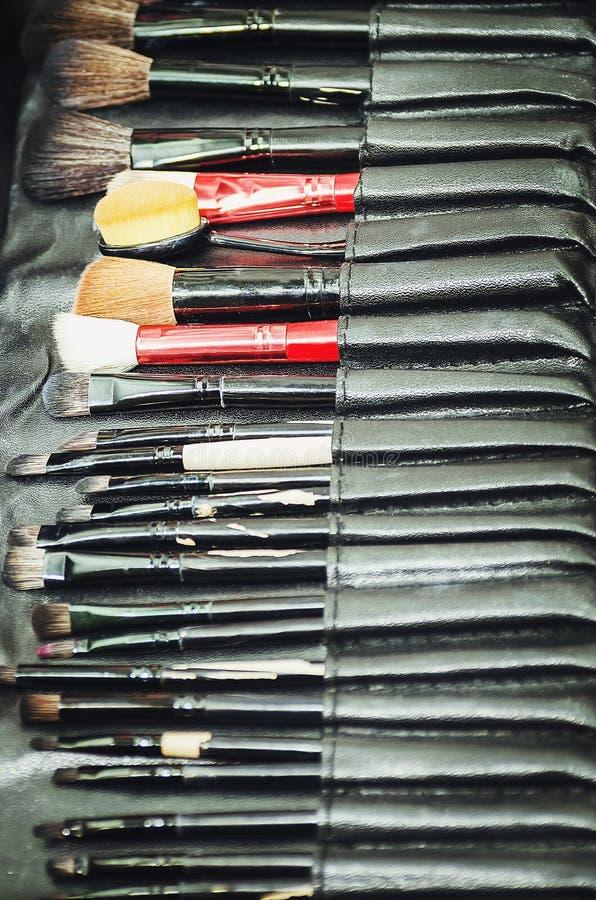 Close-up van professionele make-uphulpmiddelen in hun houder Borstels om make-up te creëren royalty-vrije stock fotografie