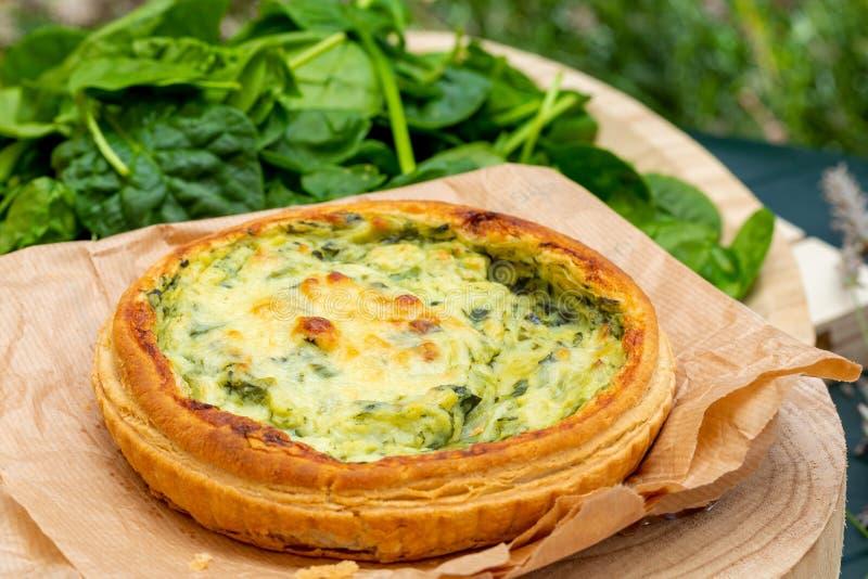 Close-up van quiche met verse groenten Achtergrond in Groene Tonen royalty-vrije stock fotografie