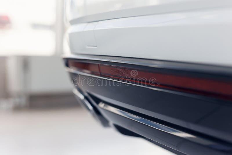 Close-up van reflector bij de bodem van de bumper van een moderne auto die zich in de toonzaal bevinden stock afbeelding