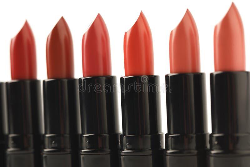 Close-up van rij van rode lippenstiften van diverse schaduwen wordt geschoten die stock fotografie