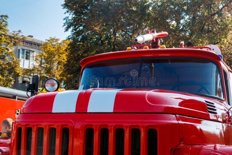 Close-up van rode oude uitstekende brandvrachtwagen Front View royalty-vrije stock foto's