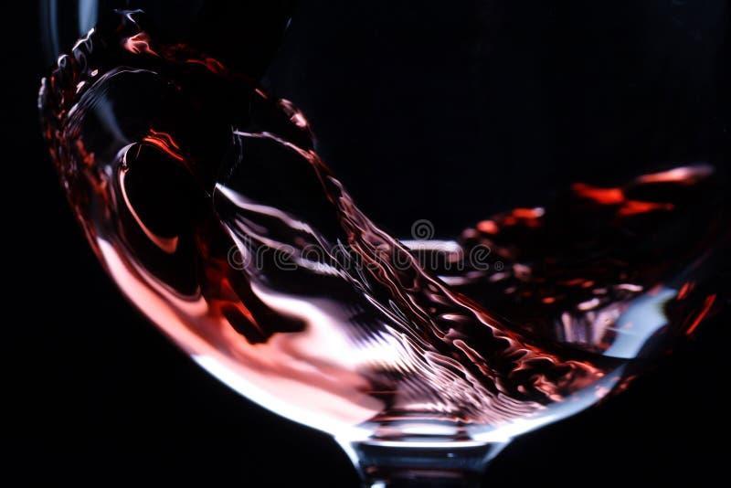 Close-up van rode wijn het gieten stock afbeeldingen