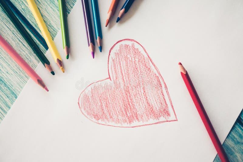 Close-up van rood geschilderd hart stock afbeeldingen