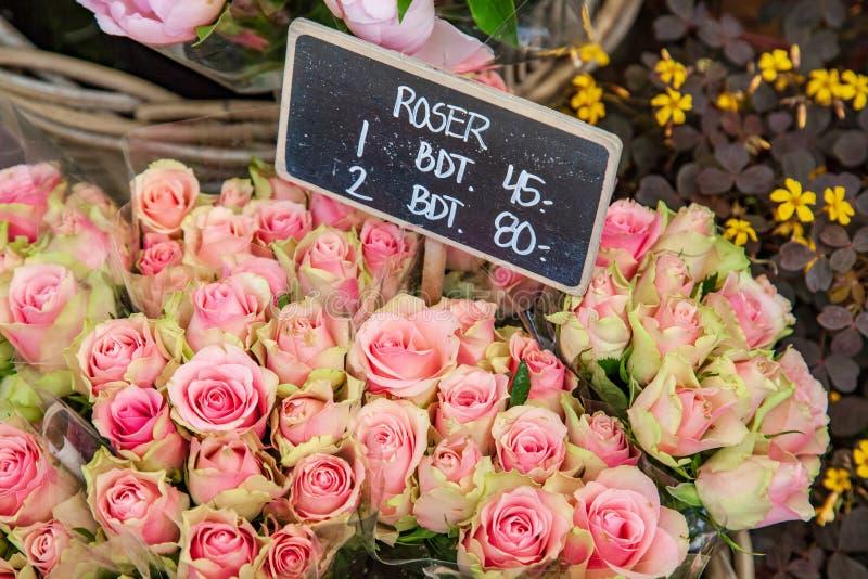 close-up van roze bloemen en schoolbord met het van letters voorzien wordt geschoten die royalty-vrije stock fotografie