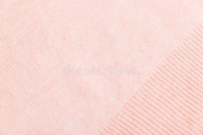 Close-up van roze gebreide stoffentextuur gezichtslijnen kousen met breinaalden en roze garen royalty-vrije stock afbeeldingen