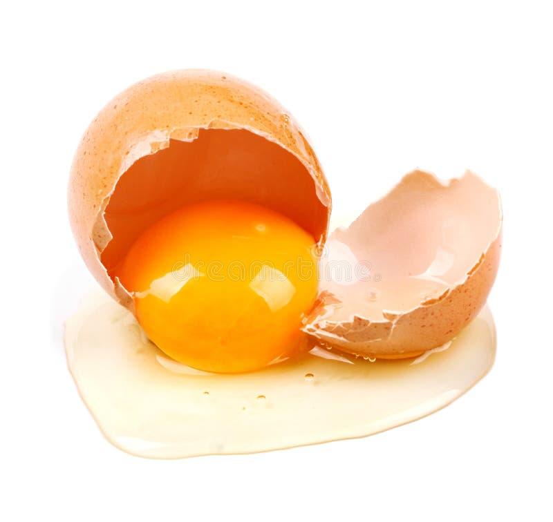 Close-up van ruw gebroken die ei op wit wordt geïsoleerd royalty-vrije stock foto