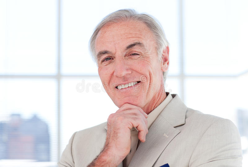 Close-up van s dat hogere zakenman glimlacht royalty-vrije stock afbeeldingen