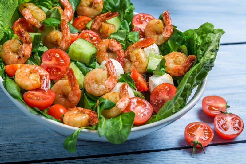 Download Close-up Van Salade Met Groenten En Garnalen Stock Foto - Afbeelding bestaande uit vlees, gehakt: 39115130