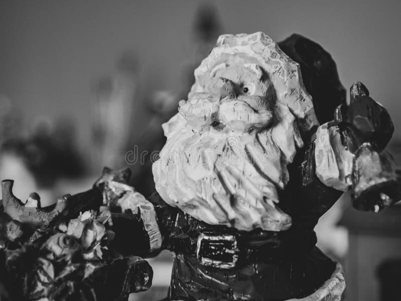 Close-up van Santa Claus-beeldje in zwart-wit royalty-vrije stock foto