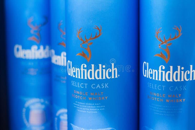 Close-up van Schotse Glenfiddich-wisky blauwe dozen op supermarkt royalty-vrije stock afbeeldingen