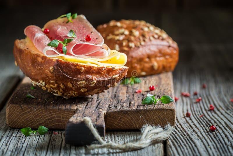 Close-up van smakelijk broodje met ham en kaas voor ontbijt royalty-vrije stock afbeeldingen