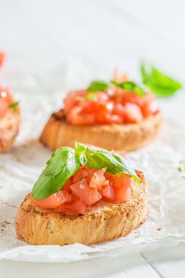 Close-up van smakelijke bruschetta met basilicum en tomaat voor ontbijt royalty-vrije stock foto's