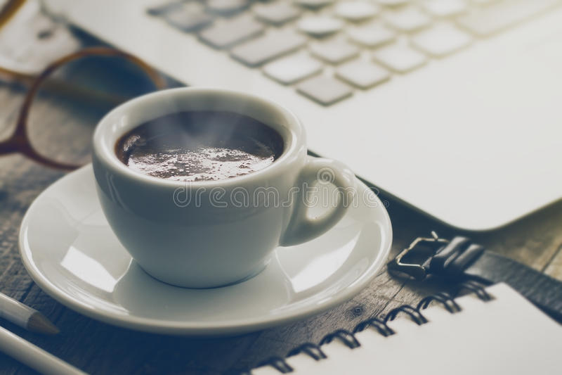 Close-up van smakelijke koffieespresso met stoom op houten lijst Wor stock fotografie