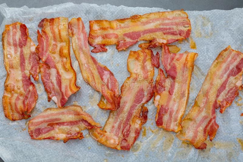 Close-up van smakelijke plakken van gerookt bacon Geïsoleerdj op witte achtergrond royalty-vrije stock fotografie