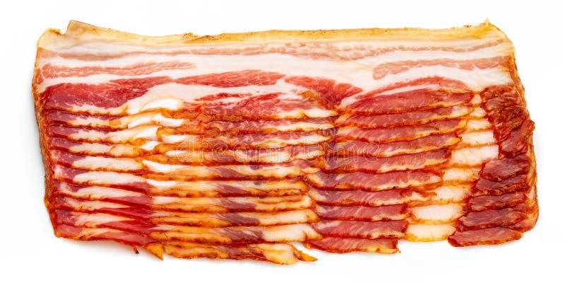 Close-up van smakelijke plakken van gerookt bacon Geïsoleerdj op witte achtergrond royalty-vrije stock afbeeldingen
