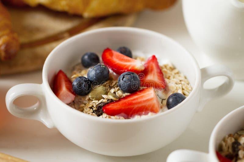 Close-up van smakelijke smakelijke muesli met havermeel, vruchten, yoghurt royalty-vrije stock afbeelding