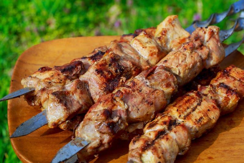 close-up van sommige vleesvleespennen die geroosterde barbecue zijn royalty-vrije stock foto