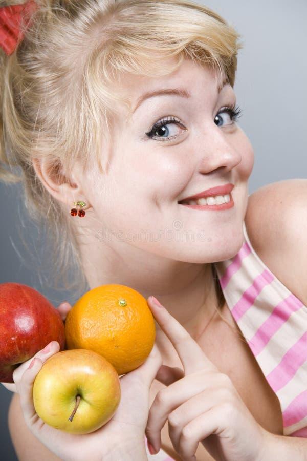 Close-up van speld-Omhooggaand meisje met appel stock foto's