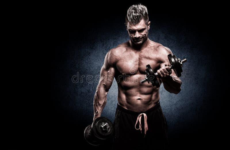 Download Close-up Van Spier Jonge Mens Het Opheffen Gewichten Op Donkere Backgrou Stock Afbeelding - Afbeelding bestaande uit spier, aantrekkelijk: 54082003