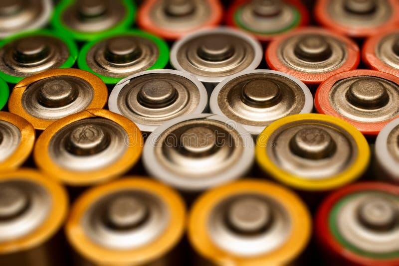 Close-up van stapel van gebruikte alkalische batterijen Sluit omhoog kleurrijke rijen van selectie van aa-de abstracte achtergron stock afbeelding