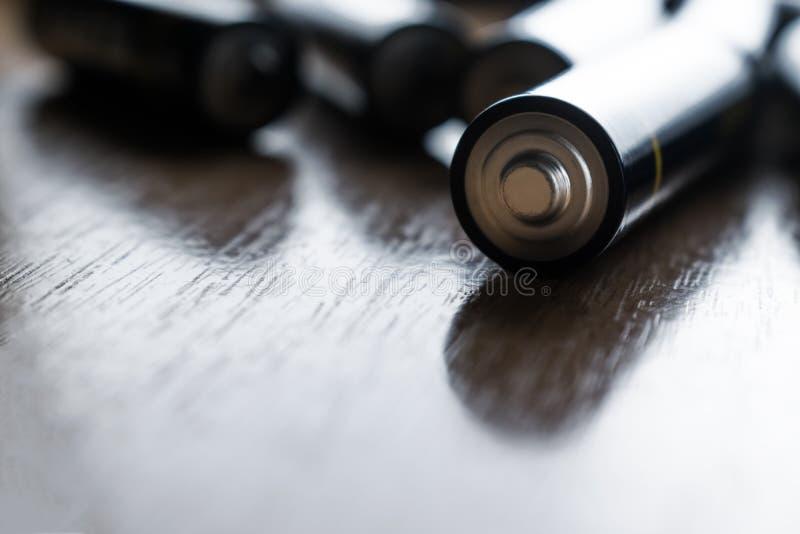 Close-up van stapel van gebruikte alkalische batterijen Sluit omhoog kleurrijke rijen van selectie van aa-de abstracte achtergron royalty-vrije stock afbeelding