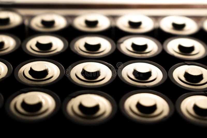Close-up van stapel van gebruikte alkalische batterijen Sluit omhoog kleurrijke rijen van selectie van aa-de abstracte achtergron royalty-vrije stock foto