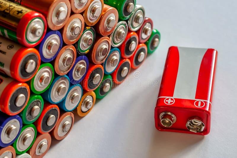 Close-up van stapel van gebruikte alkalische batterijen Verscheidene in rijen stock foto's