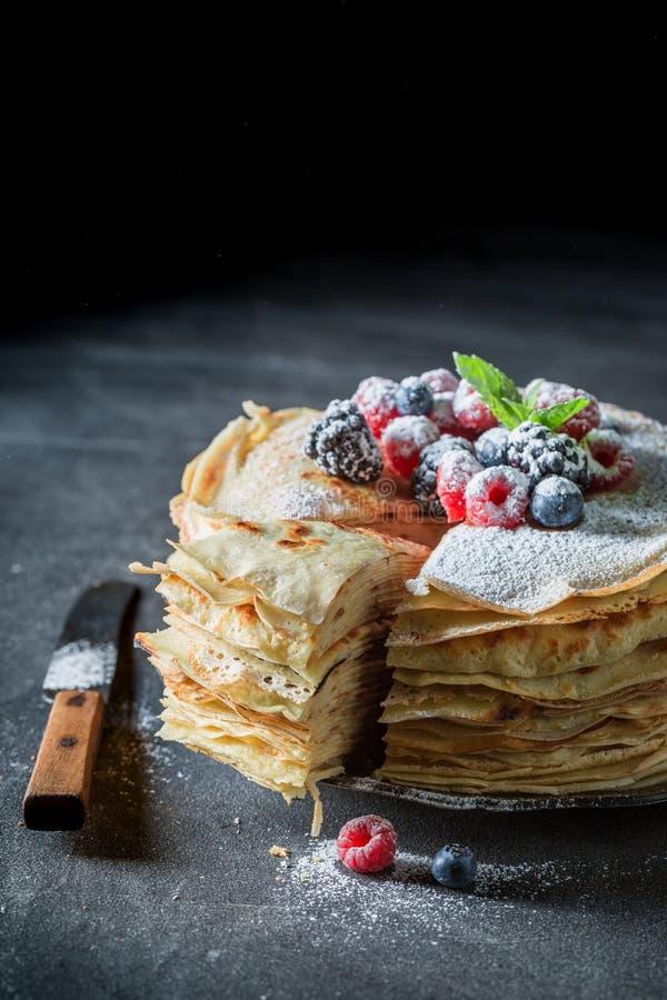 Close-up van stapel pannekoeken met verse bessen en suiker royalty-vrije stock afbeeldingen