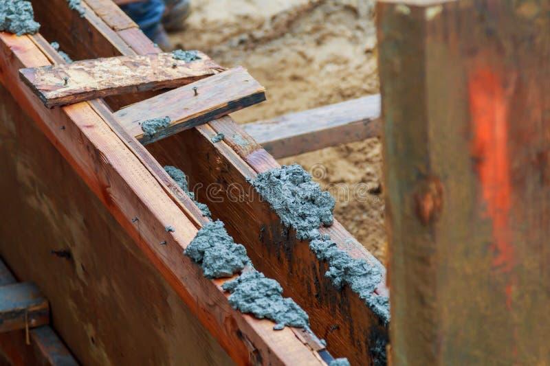 Close-up van stichtingsuitgraving met vers gegoten beton stock foto's