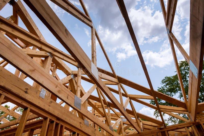 Close-up van straal gebouwd huis in aanbouw en blauwe hemel met houten bundel, post en straalkader Het echte huis van het houtkad stock fotografie