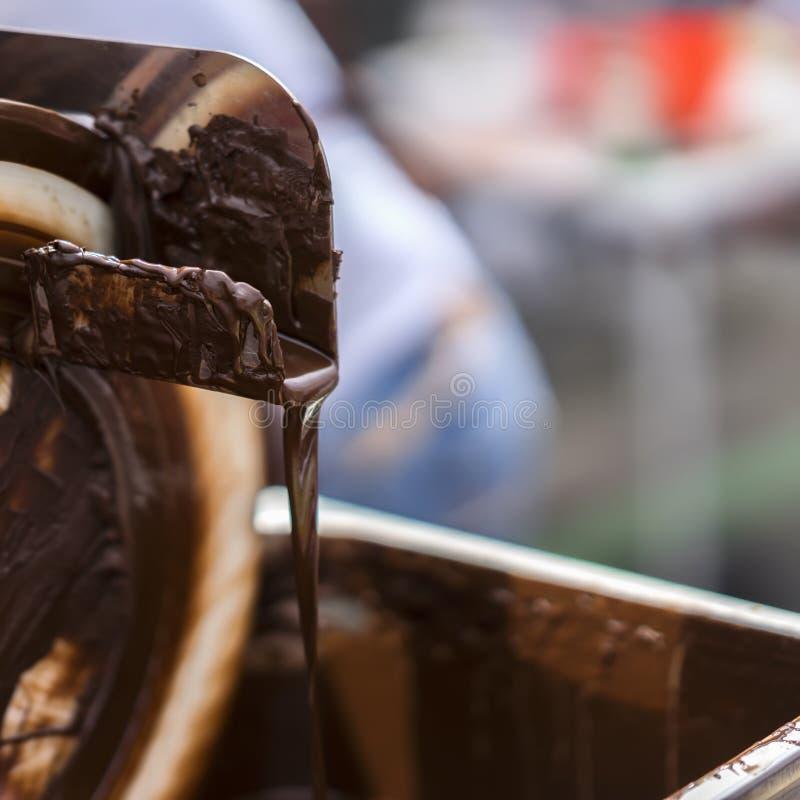 Close-up van stroom van het gieten van hete chocolade Het concept smakelijk snoepje behandelt stock foto