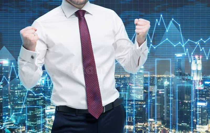Close-up van succesvolle portefeuillemanager in wit overhemd met gepompte vuisten Een concept het vieren van succes Forex grafiek stock afbeelding