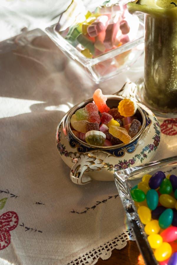 Close-up van suikergoed in kommen in Pasen royalty-vrije stock fotografie