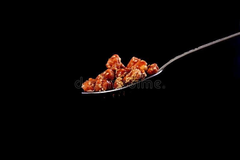 Close-up van suikerpinda's op een zwarte achtergrond stock fotografie