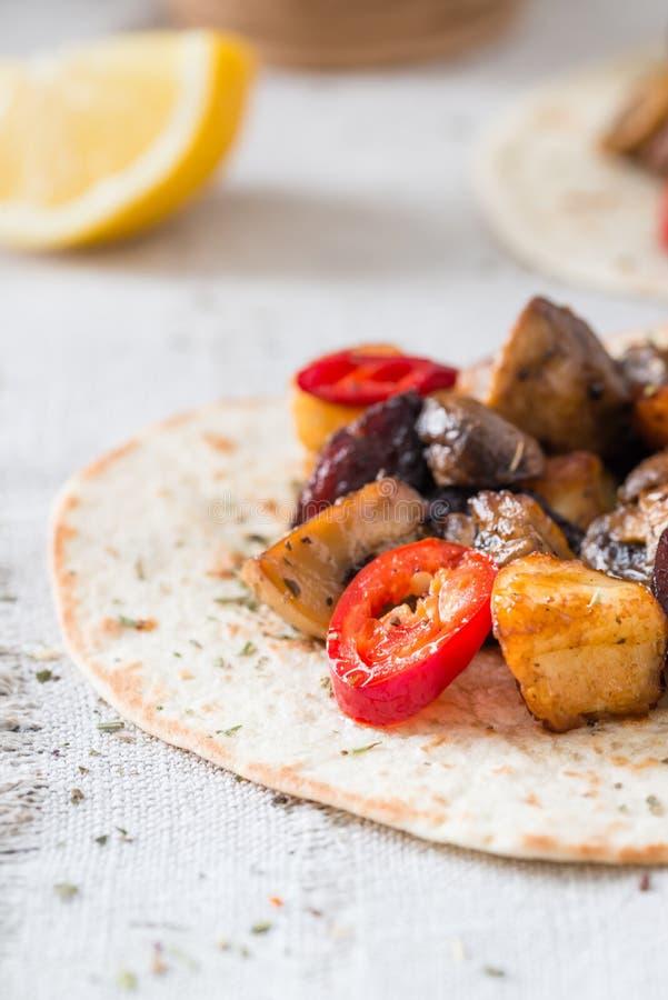 Close-up van taco's met geroosterde paddestoelen, Spaanse kruidige worstchorizo, Mexicaanse tortilla's, Cypriotische kaashalloumi royalty-vrije stock foto's