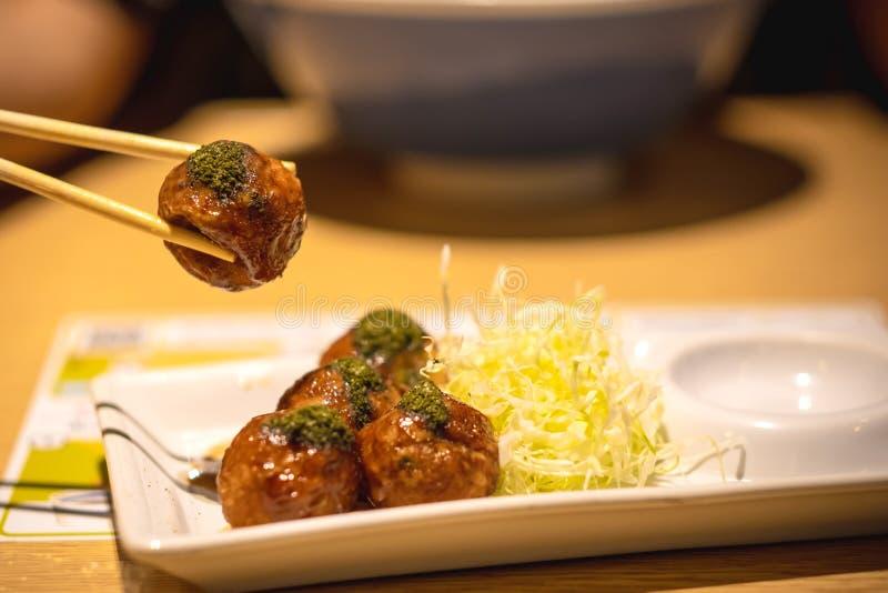 Close-up van takoyaki, Eetstokje vastgeklemde takoyakibal stock foto's
