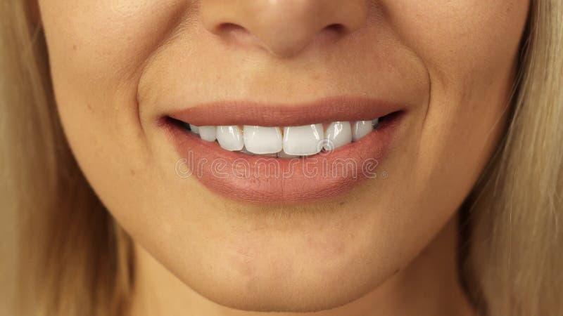 Close-up van tanden en lippen van mooi meisje royalty-vrije stock foto's