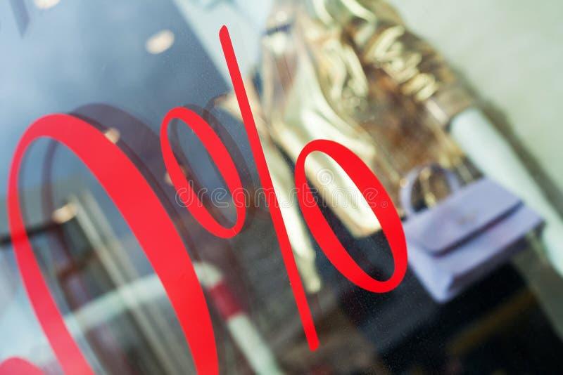 Close-up van teken van percenten op storefront stock foto's